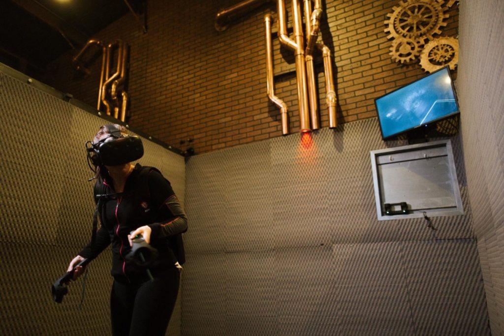 Магнитная зарядная док-станция и органайзер для контроллеров HTC Vive MIDWEC в клубе виртуальной реальности